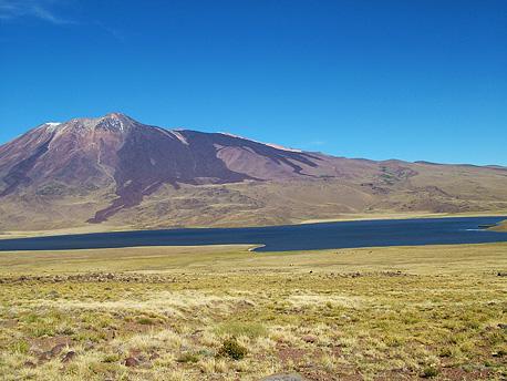 Volcán y Laguna Tromen
